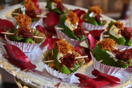 Digestif indien: Paan, une feuille de bétel, garnie avec un mélange d'épices, de tabac, ...