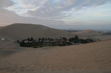 Huacachina, entourée de sable.